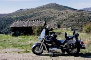 """Camino del puerto de la Quesera se rodó un famoso anuncio que hizo popular al """"tío Jesús"""" de Majaelrayo en esta taina de pastores junto a la carretera, frente a la que aparece aparcada una Harley Davidson. Foto: Santiago Barra"""